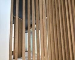 Cloison en chêne fabriquée par la Menuiserie Ribère